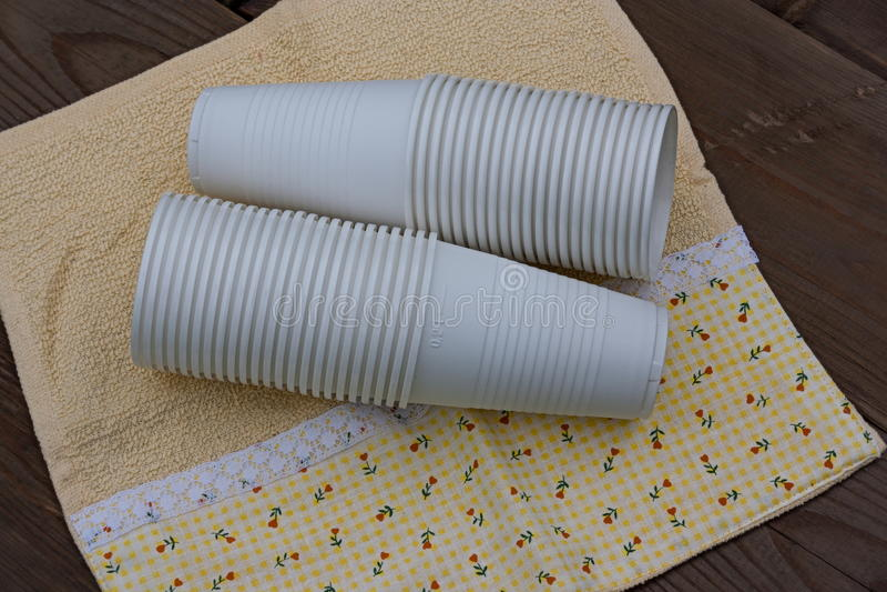 Plast-koppar på träbakgrund royaltyfri fotografi