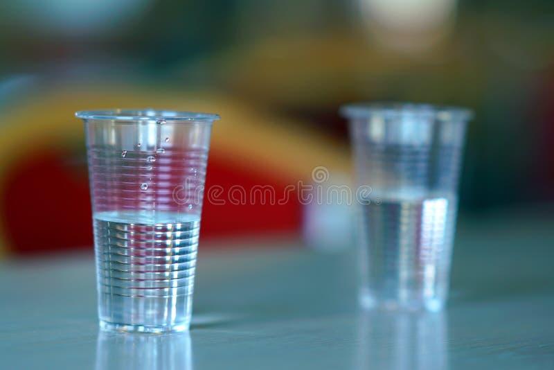 Plast- koppar som är fulla av vatten royaltyfria foton