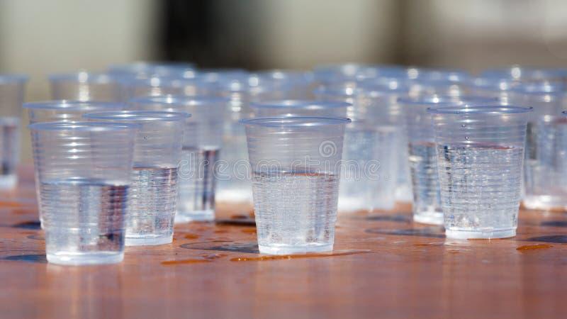 Plast- koppar som fylls med vatten royaltyfri foto
