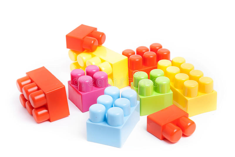 Plast- leksaker för byggnadskvarter bakgrund isolerad white royaltyfri bild