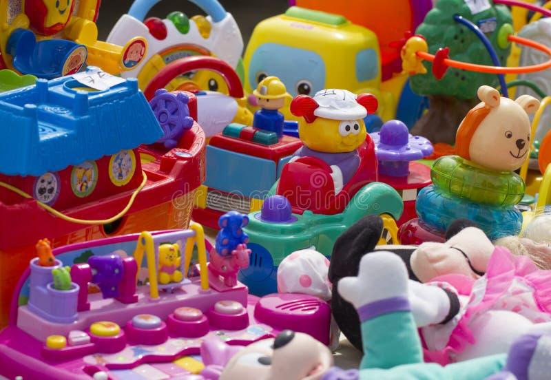Plast- leksaker för ungar som visas på loppmarknaden arkivbild