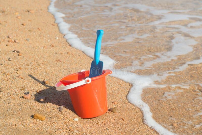 Plast- leksaker på stranden arkivbilder