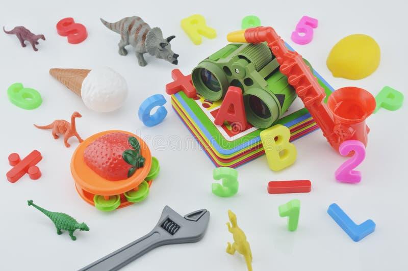 Plast- leksaker på vit bakgrund, barnutbildningsbegrepp royaltyfri foto