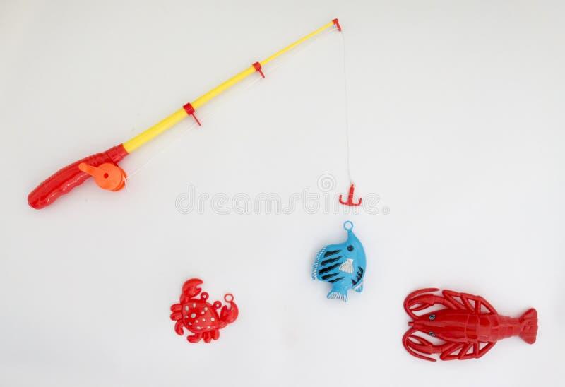 Plast- leksaker som fiskar, metspö, fisk, haj, cancer arkivfoton