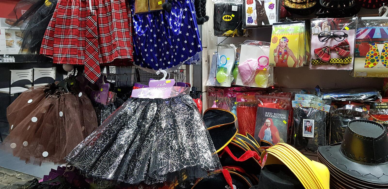 Plast- material för barn synligt till salu i shoppar för judisk purimmaskerad royaltyfria bilder