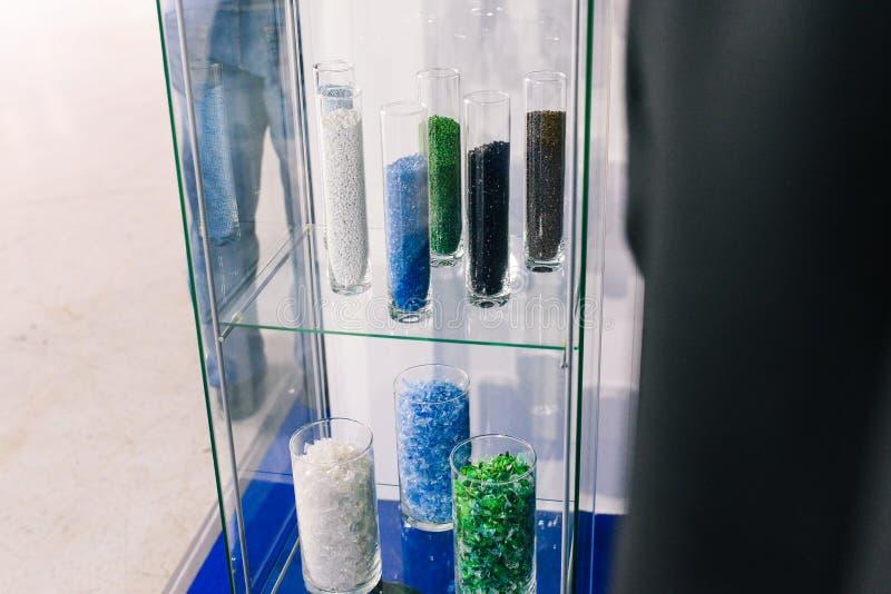 Plast- partiklar i exponeringsglasflaskor Den plast- grovkorniga polymern för färg Krossad återanvänd plast- in vitro Plast-  arkivfoton