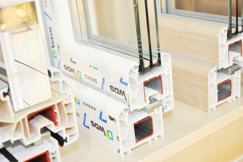 Plast- profil f?r f?nsterram Effektivt Windows för energi tvärsnitt Tre genomskinliga exponeringsglas arkivfoton