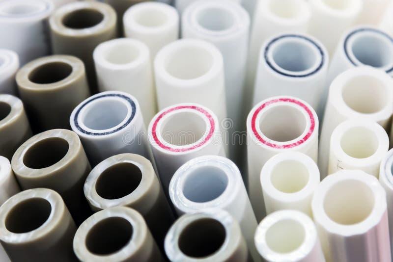Plast-rör och monteringar för rörmokeri och anslutningar arkivbild