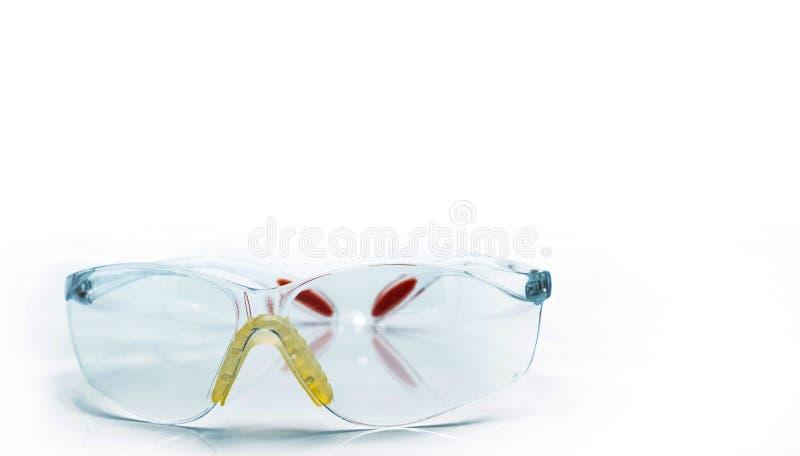 Plast- säkerhetsexponeringsglas som isoleras på vit bakgrund Skyddsglasögon för skyddande öga av arbetaren på konstruktionsplatse fotografering för bildbyråer