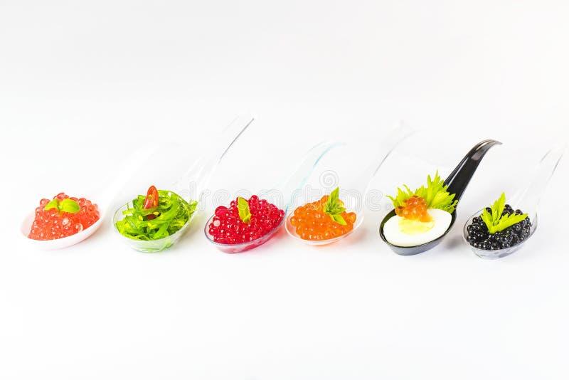 Plast-skedar med fiskkaviaren royaltyfri fotografi