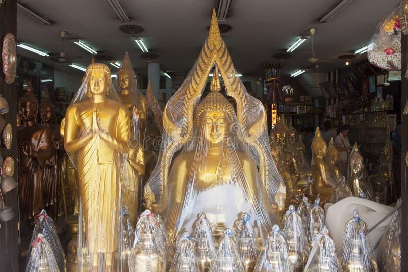 Plast- slågna in Buddhastatyer royaltyfria foton