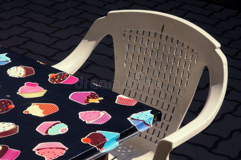 Plast- stol och tabell royaltyfria foton