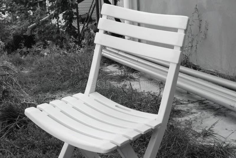 Plast- stol på gatan royaltyfria bilder