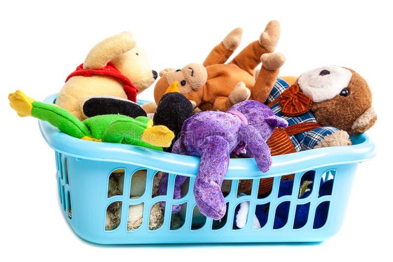 Plast- tvättkorg med mjuka leksaker royaltyfri bild