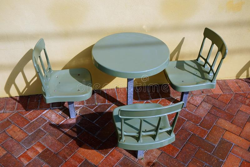 Plast- utomhus- kafétabell och stolar arkivbilder