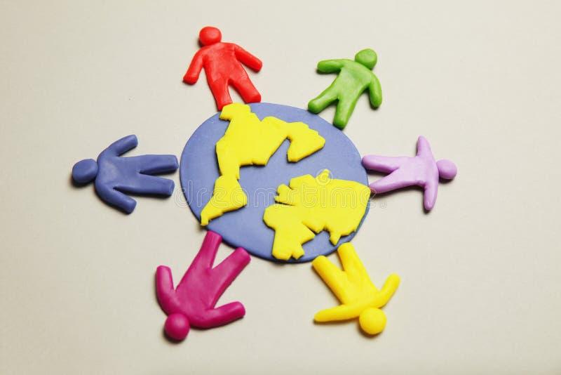 Plastelin figurki ludzie r??ne rasy s? na planety ziemi R??norodno?? interakcje, komunikacja i globalizacja, obrazy royalty free