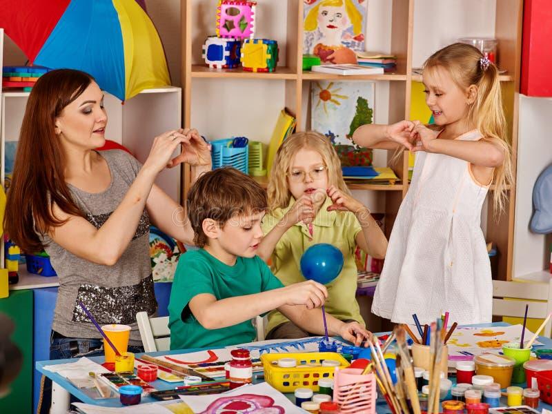 Plasteliny modelarska glina w dziecko klasie Nauczyciel uczy w szkole obrazy royalty free