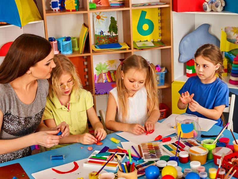 Plasteliny modelarska glina w dziecko klasie Nauczyciel uczy w szkole fotografia stock