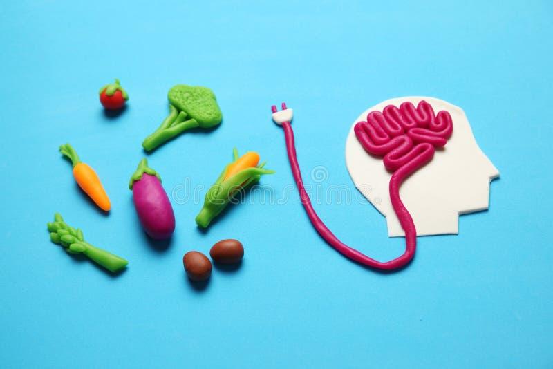 Plastellinadiagram av mannen och vegetarisk mat Mat f?r meningen, laddning av energi Sund livsstil, detoxification och antioxidan arkivfoton