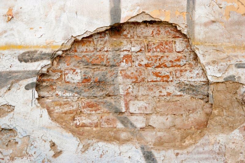 Plastered风化了砖墙很多拷贝空间 破裂的墙壁 年迈的建筑学细节 难看的东西砖墙圆的框架 图库摄影