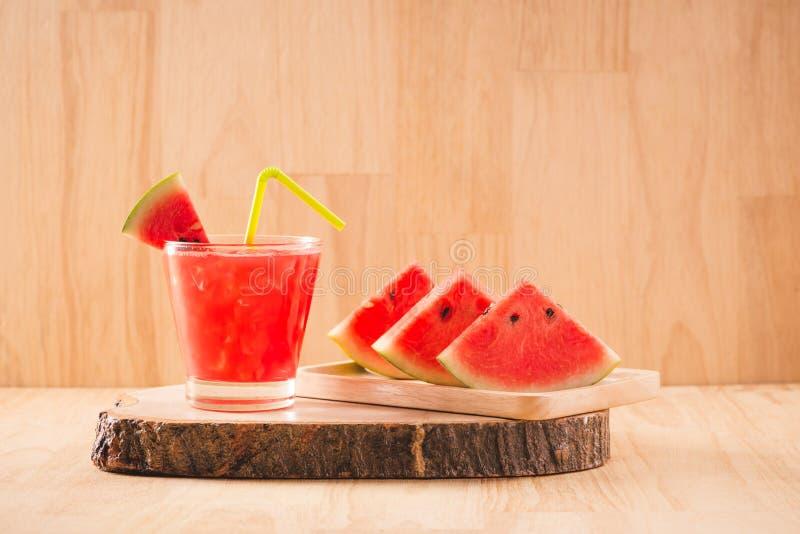 plasterek arbuz dla smoothies z wapnem na drewna tle zdjęcie stock
