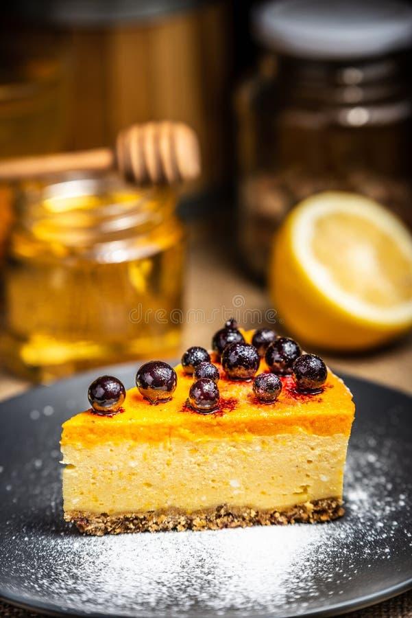 Plasterek cheesecake z jagodami na b??kitnym talerzu sproszkowany cukier zdjęcia royalty free