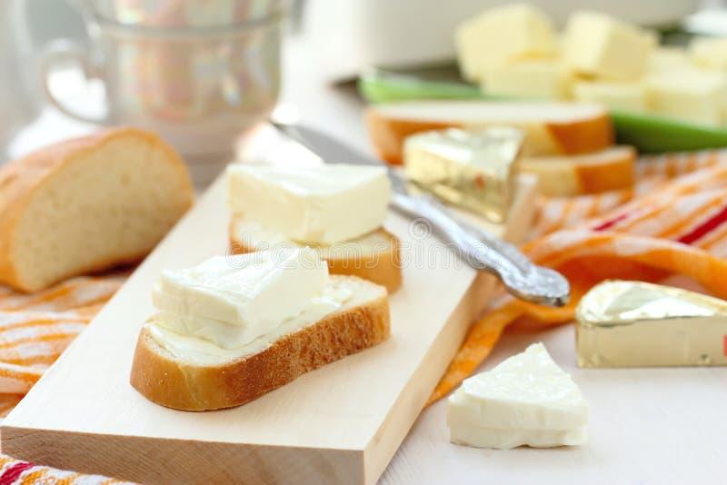 Plasterek chleb z kremowym serem i masłem dla śniadania zdjęcia stock