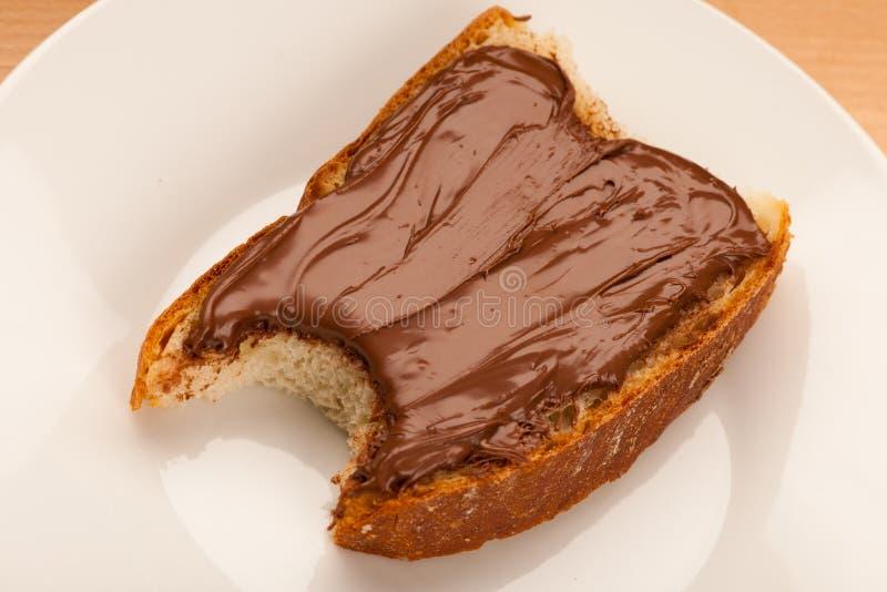 Plasterek chleb z słodkiej czekolady nugata rozszerzaniem się, kąsek obraz royalty free