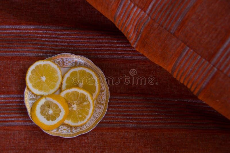Plasterek cytryna na czerwonym tle Zdrowy jedzenie z witamin? c kolorowe t?o zdjęcia stock