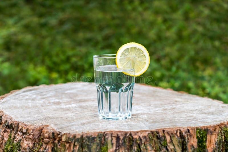 Plasterek cytryna na szkle woda zdjęcie royalty free