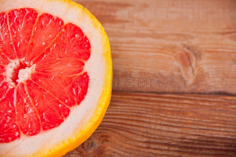 Plasterek czerwony grapefruitowy na starym stole obraz royalty free