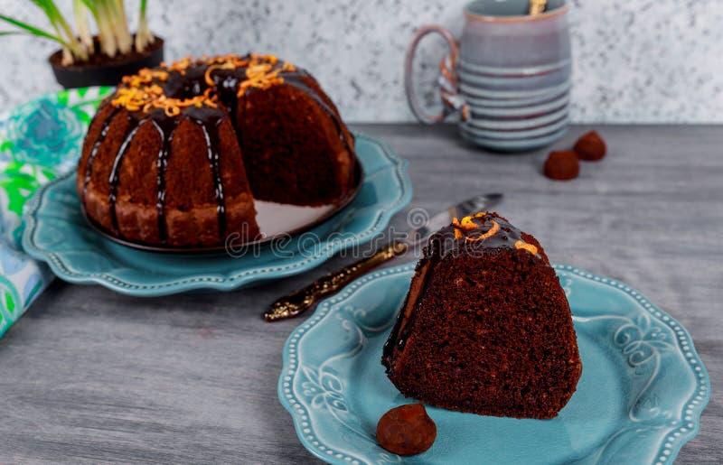 Plasterek domowej roboty czekolada funta tort na drewnianym wieśniaka stylu zdjęcia royalty free