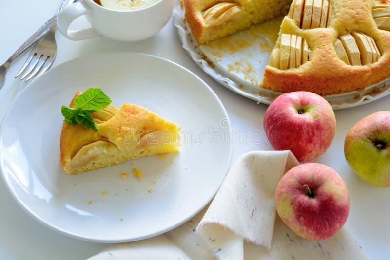 Plasterek domowej roboty jabłczany kulebiak na bielu talerzu Herbaciany czasu pojęcie obrazy stock