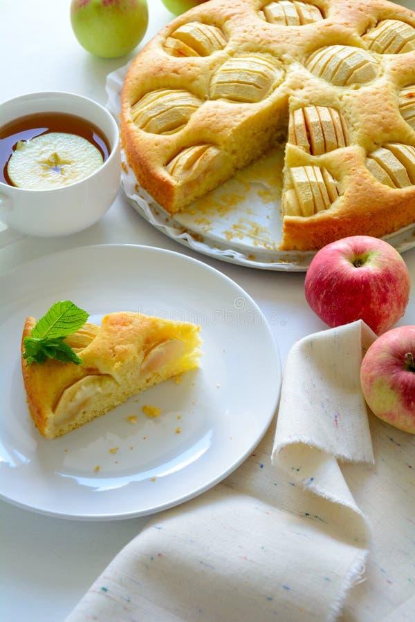 Plasterek domowej roboty jabłczany kulebiak na bielu talerzu Herbaciany czasu pojęcie zdjęcia stock