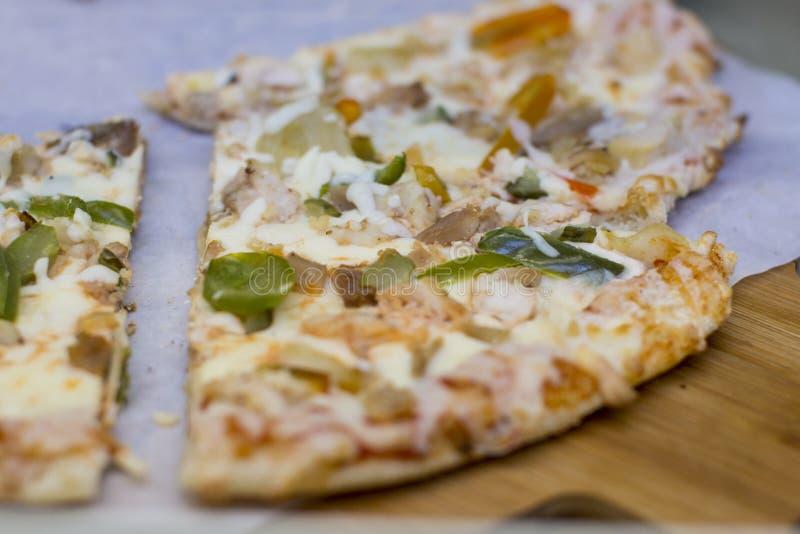 Plasterek gorącej pizzy wielki serowy lunch lub obiadowego skorupa owoce morza polewy mięsny kumberland fotografia royalty free