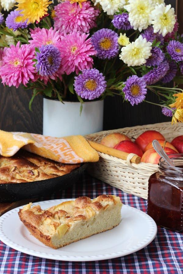 Plasterek Jabłczany kulebiak na talerza i jesieni bukiecie zdjęcia stock