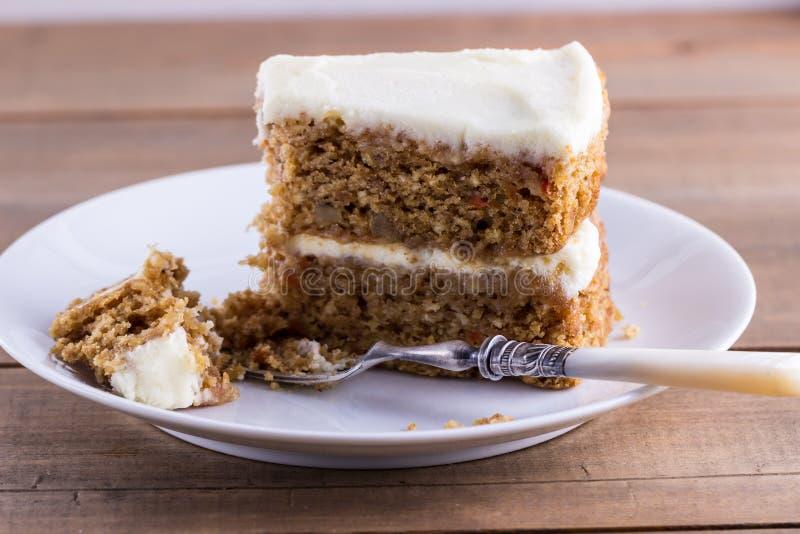 Plasterek marchwiany tort na białym talerzu obrazy royalty free