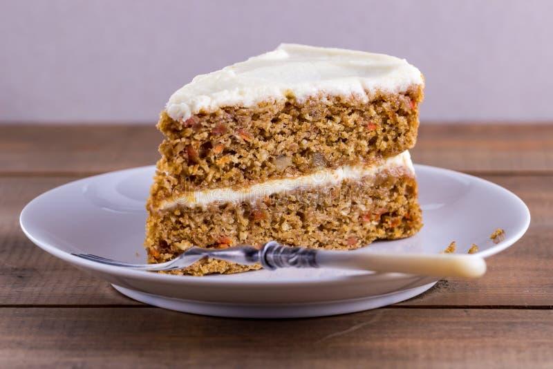 Plasterek marchwiany tort na białym talerzu obrazy stock