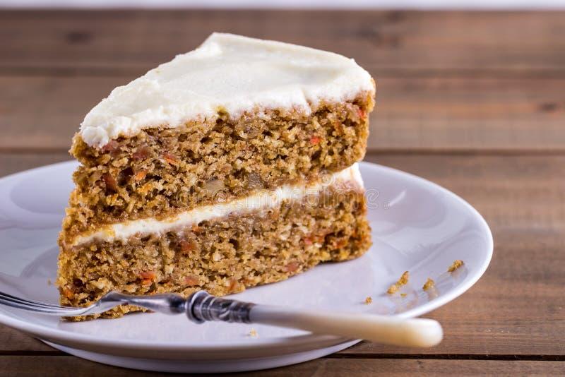 Plasterek marchwiany tort na białym talerzu fotografia royalty free