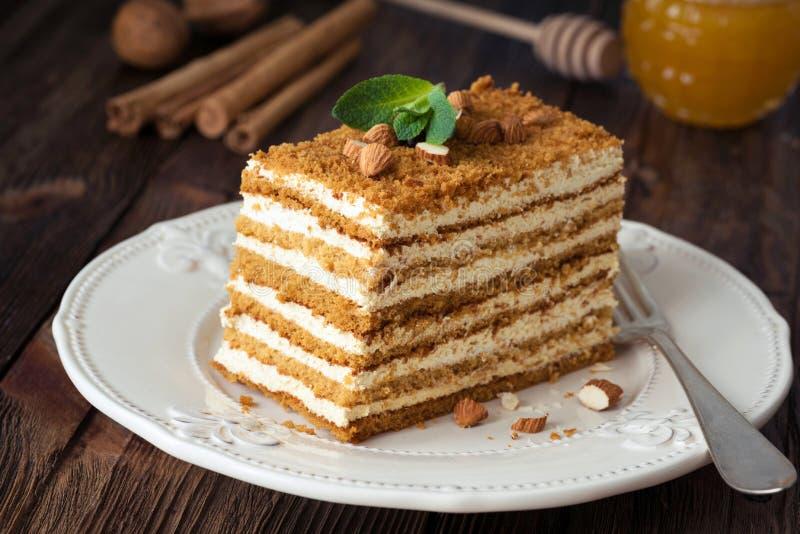 Plasterek płatowaty miodowego torta rosjanin Medovik obrazy royalty free