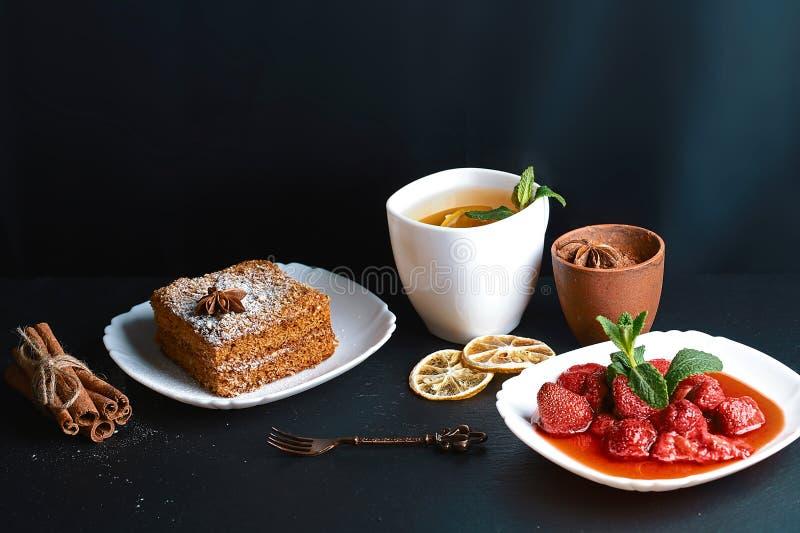 Plasterek płatowaty miodowy tort dekorujący z anyż gwiazdą, deserowy rozwidlenie, mennica, wysuszone cytryny, kije cynamon, trusk obrazy royalty free