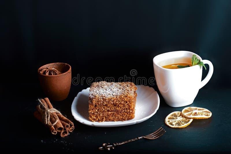 Plasterek płatowaty miodowy tort dekorujący z anyż gwiazdą, deserowy rozwidlenie, mennica, wysuszone cytryny, kije cynamon, kakao obrazy royalty free