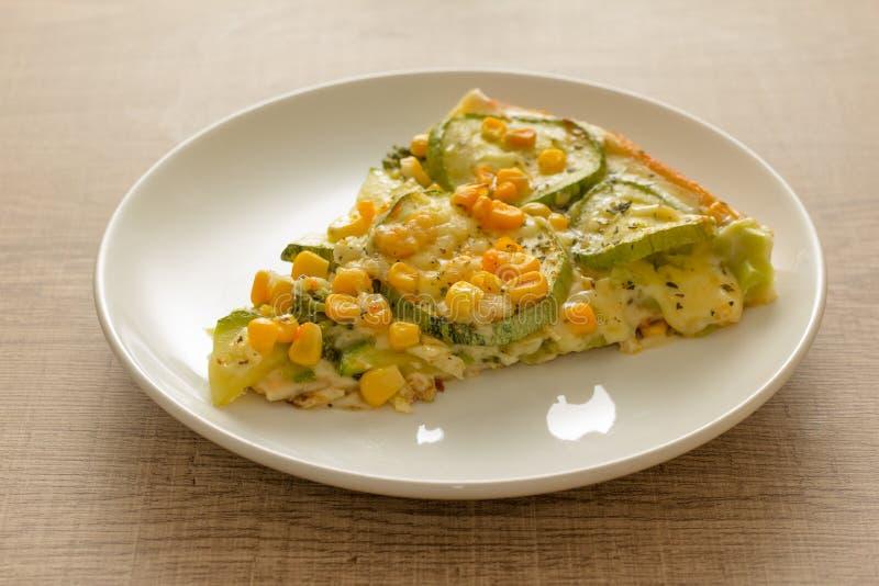 Plasterek pizza: Polewy są zucchini, kukurydzanymi nasionami i mozzarel, fotografia royalty free
