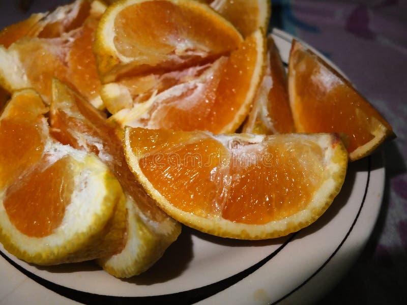 Plasterek pomarańcz kawałki w naczyniu obraz royalty free
