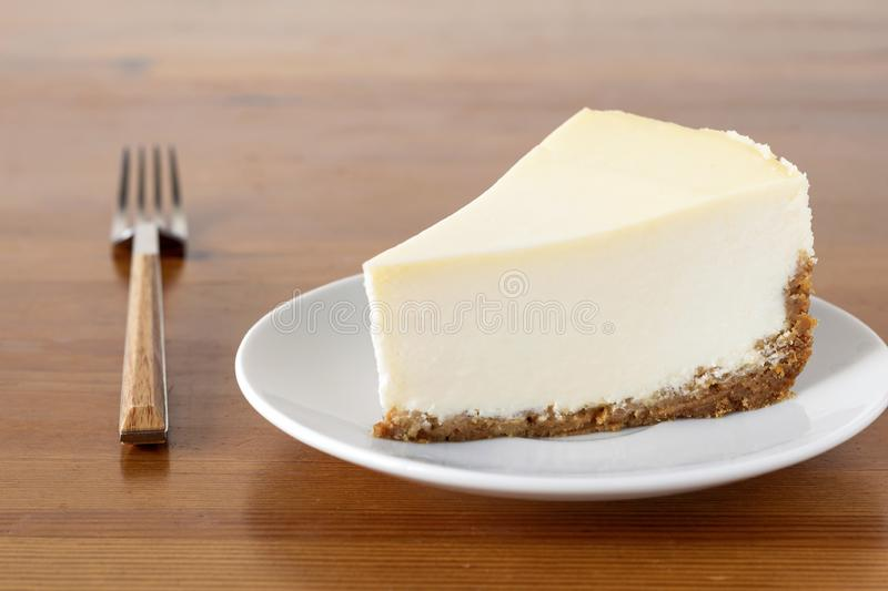 Plasterek prosty Nowy Jork Cheesecake na drewnianym stole zdjęcie royalty free