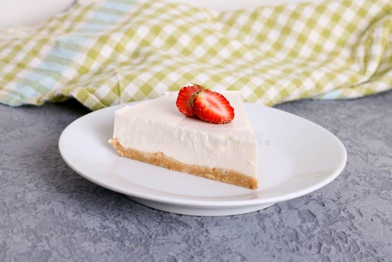 Plasterek prosty nowy York cheesecake z świeżymi truskawkami na białym talerzu obraz royalty free