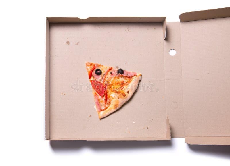 Plasterek smakowita pizza z baleronem i pomidorami w pudełku fotografia royalty free