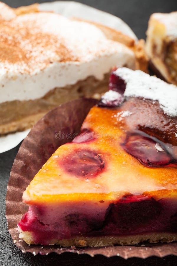 Plasterek smakowity świeży piec jabłczany kulebiak, w górę, pionowo zdjęcia royalty free