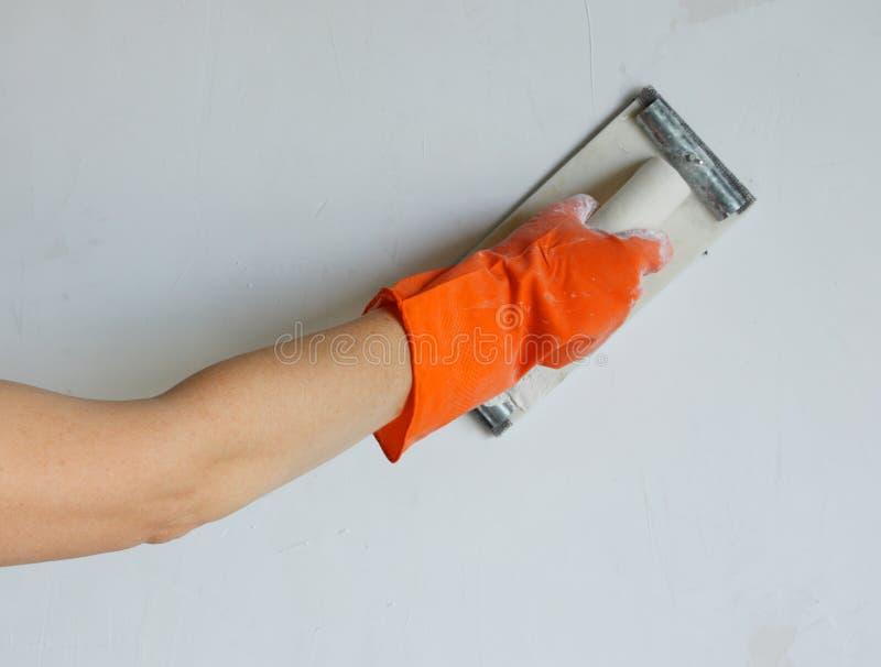 Plasterer che liscia fuori parete con il trowel fotografie stock libere da diritti