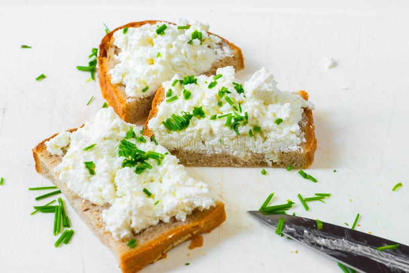 3 plasterka chleb z curd szczypiorkiem na bielu i serem fotografia stock